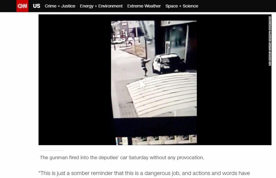 美國上週末發生兩名員警在警車內遭凶嫌近距離槍擊事件,最新影像顯示,滿身是血的女警求援後,急忙協助男性搭檔止血救命。(圖取自CNN網頁edition.cnn.com)