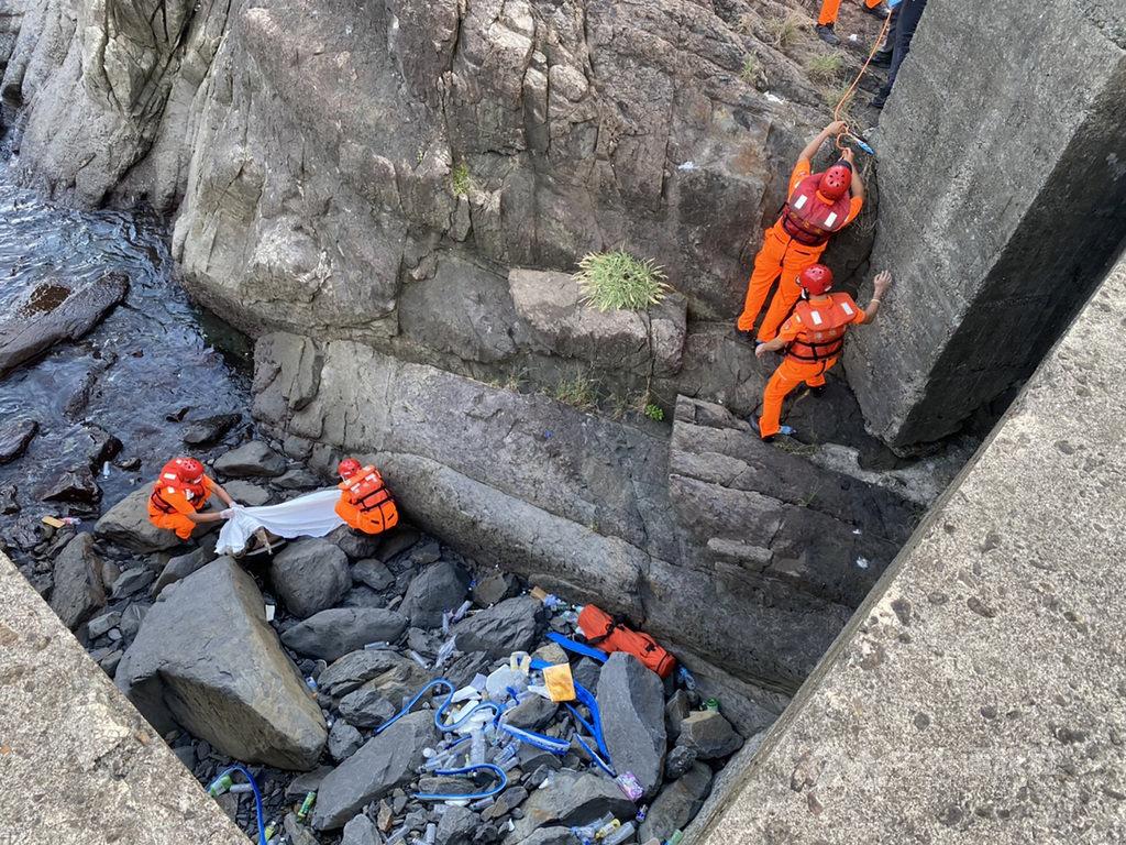 宜蘭頭城大溪漁港7日發生至少10名釣客因瘋狗浪落海意外,海巡單位表示,16日在案發現場附近再發現一具屍體,這起事件已釀5死。(讀者提供)中央社記者沈如峰宜蘭傳真 109年9月16日