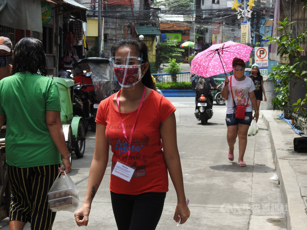 菲律賓武漢肺炎疫情仍然嚴峻,在病例較多的大馬尼拉地區,不少民眾除口罩外,還戴防護面罩出門。照片攝於8月20日。中央社記者陳妍君馬尼拉攝 109年9月16日