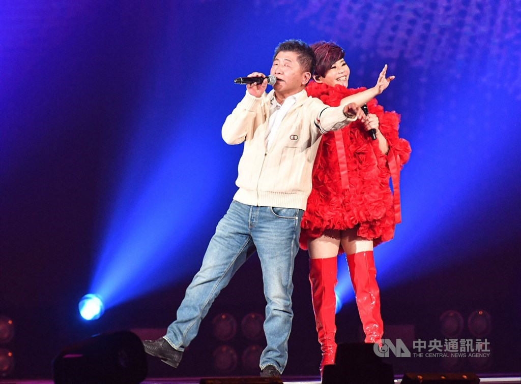 衛福部長陳時中(左)12日晚間現身台北小巨蛋,在台語歌后詹雅雯(右)的演唱會中擔任神秘嘉賓,兩人同台飆唱,掀起全場高潮。中央社記者鄭清元攝 109年9月12日