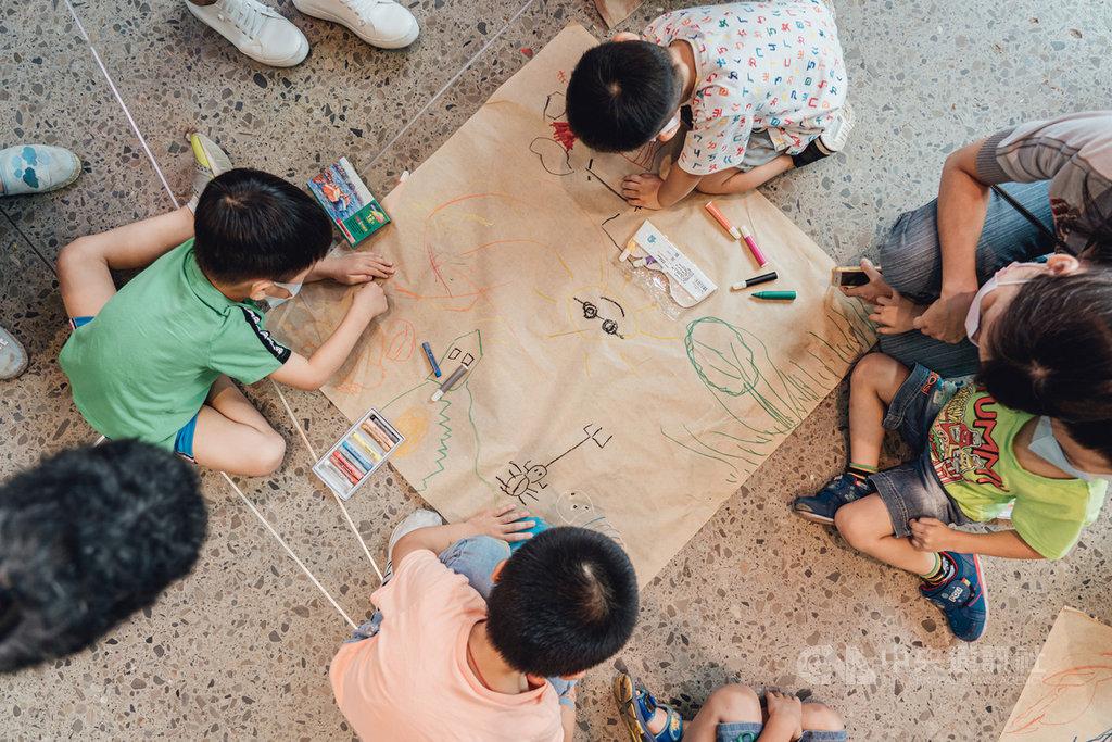新竹縣長楊文科16日指出,為讓民眾參與公園改造計畫,已陸續舉辦兒童參與遊戲場工作坊,讓孩子表達意見,也透過自由繪畫,讓孩子們畫出心目中的理想公園,以作為未來公園改造計畫參考。(新竹縣政府提供)中央社記者郭宣彣傳真 109年9月16日