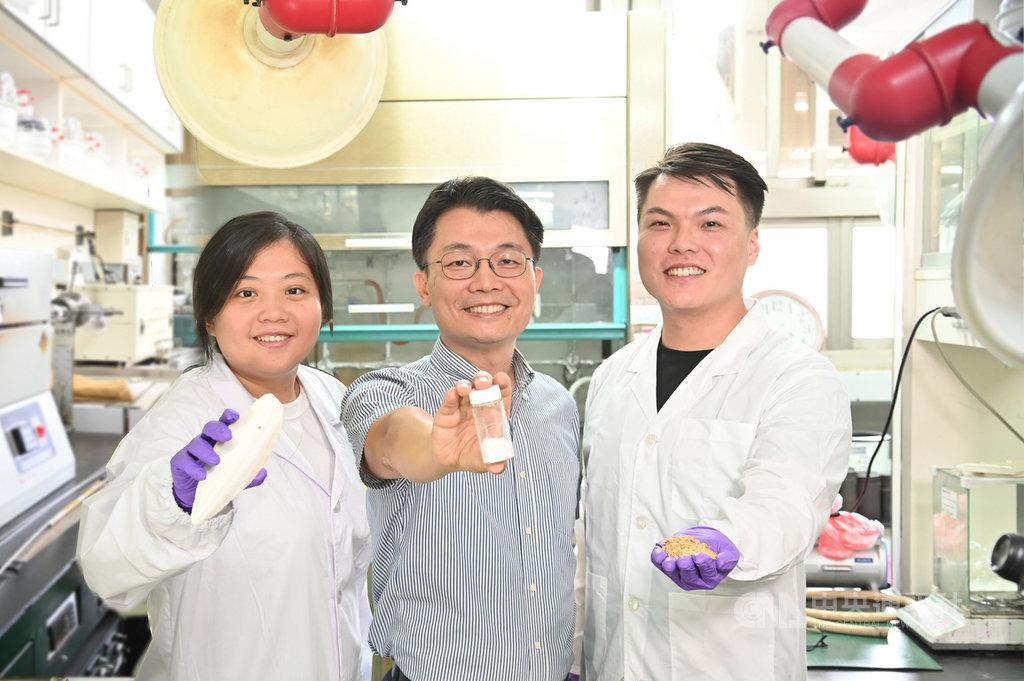 清華大學材料系教授吳志明(中)帶領團隊利用廢稻殼研製新型石英複合材料,並從廢魷魚骨中萃取甲殼素,研發出新型複合壓電材料。(清大提供)中央社記者魯鋼駿傳真 109年9月16日