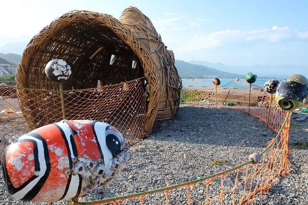 2020東海岸大地藝術節系列活動持續展開,來自花蓮港口部落的藝術家Apo'陳昭興、王亭婷在比西里岸部落完成大型裝置藝術作品「等待漲潮–阿公的魚簍」,呈現阿美族人使用友善生態的傳統永續漁法概念。(東管處提供)中央社記者李先鳳傳真 109年9月16日