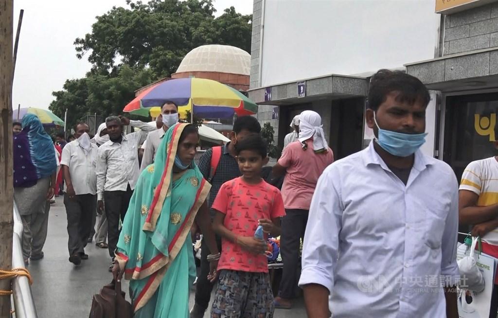 印度衛生部16日通報,境內新增9萬123起確診病例,累計確診總數達到502萬例,是僅次於美國的全球第2多國家。中央社記者康世人新德里攝 109年9月7日