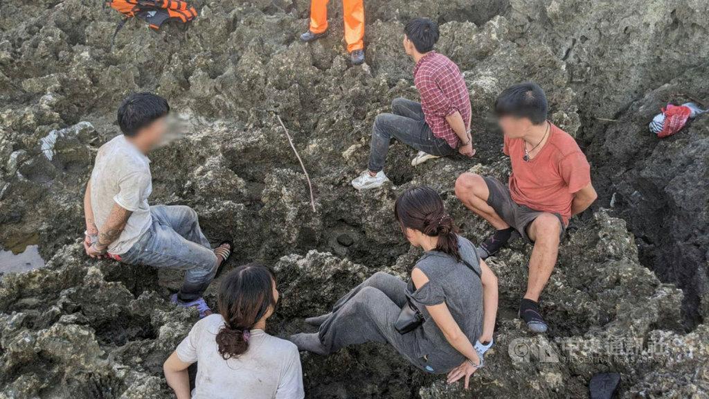 恆春籍漁船「金順滿」號15日凌晨載著30多名越南偷渡客,在墾丁後壁湖外海被海巡署偵獲,並有數人跳海逃逸,海巡及警方16日清晨在墾丁白砂北側碉堡再緝獲5人。(海巡署提供)中央社  109年9月16日