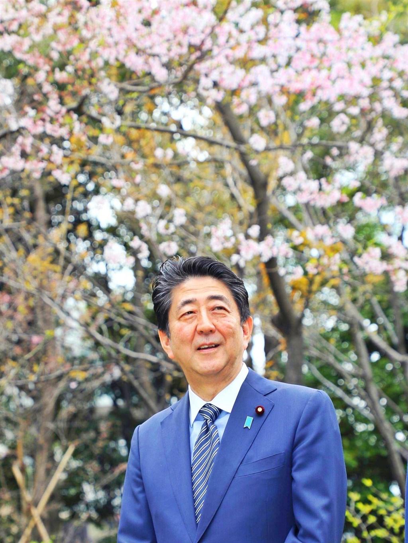 日本正式告別安倍晉三時代,他在任內推出拚經濟「三支箭」,「安倍經濟學」成為流行語,但疫情攪局,讓他無緣在任內目睹東京奧運開幕。(圖取自facebook.com/sourikantei)
