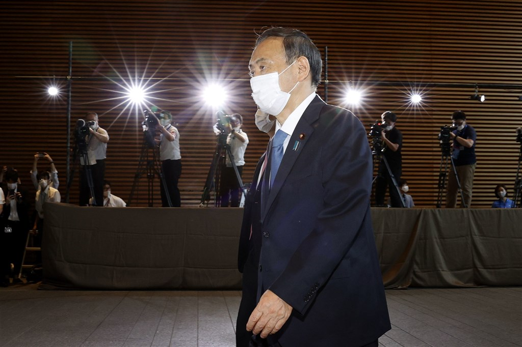 菅義偉16日順利獲臨時國會確認擔任日本首相,但在內政及外交上都有許多難題待解。圖為16日菅義偉在獲選首相後前往首相官邸。(共同社)