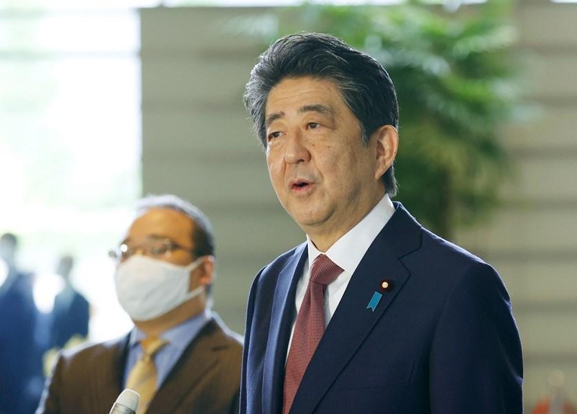 日本首相安倍晉三(前)16日率內閣總辭。(共同社)