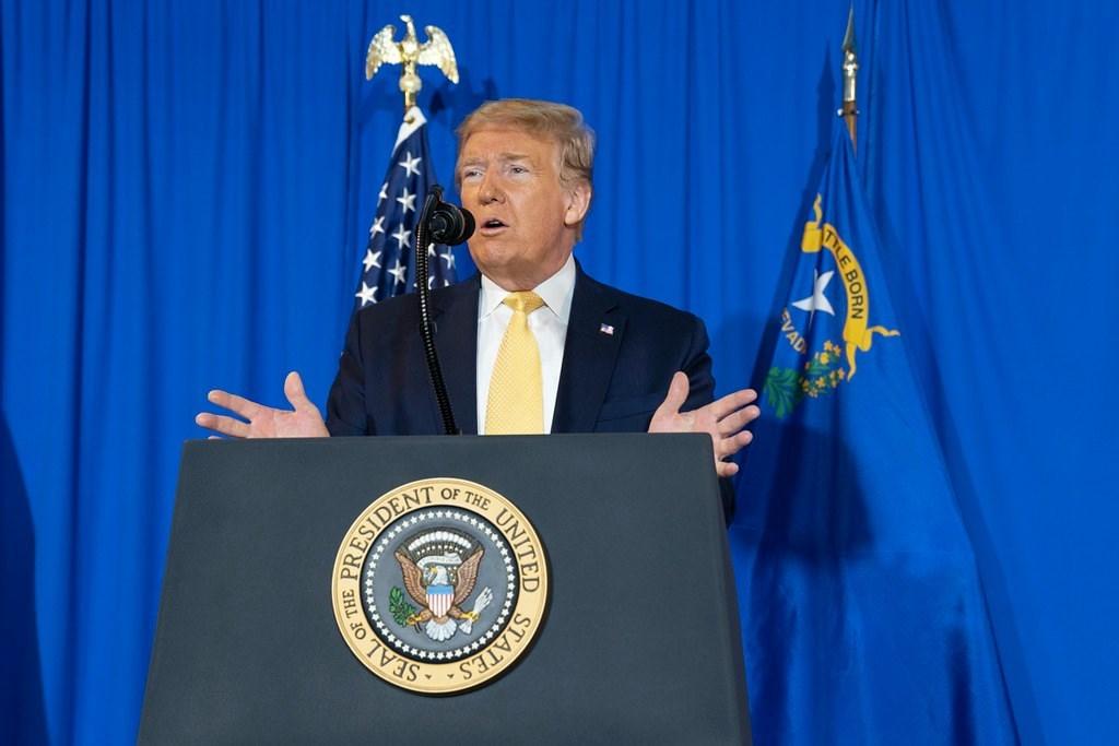 美國總統川普(圖)16日證實,一名白宮人員檢測武漢肺炎呈陽性反應,但這個人並未「靠近」他或與他「有關聯」。(圖取自facebook.com/WhiteHouse)