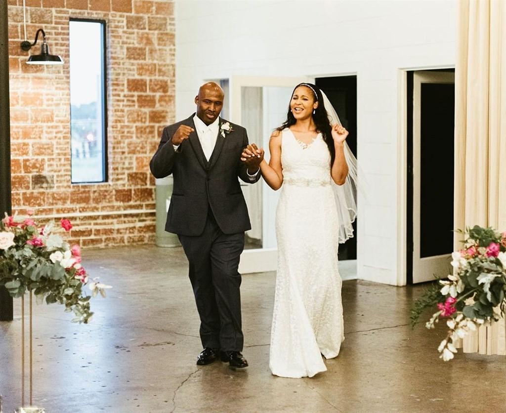 美國女子職籃球星瑪雅摩爾(右)在事業如日中天時暫離球場,協助洗刷密蘇里州非裔男子艾朗坐了22年的冤獄,兩人16日宣布結婚喜訊。(圖取自instagram.com/mooremaya)