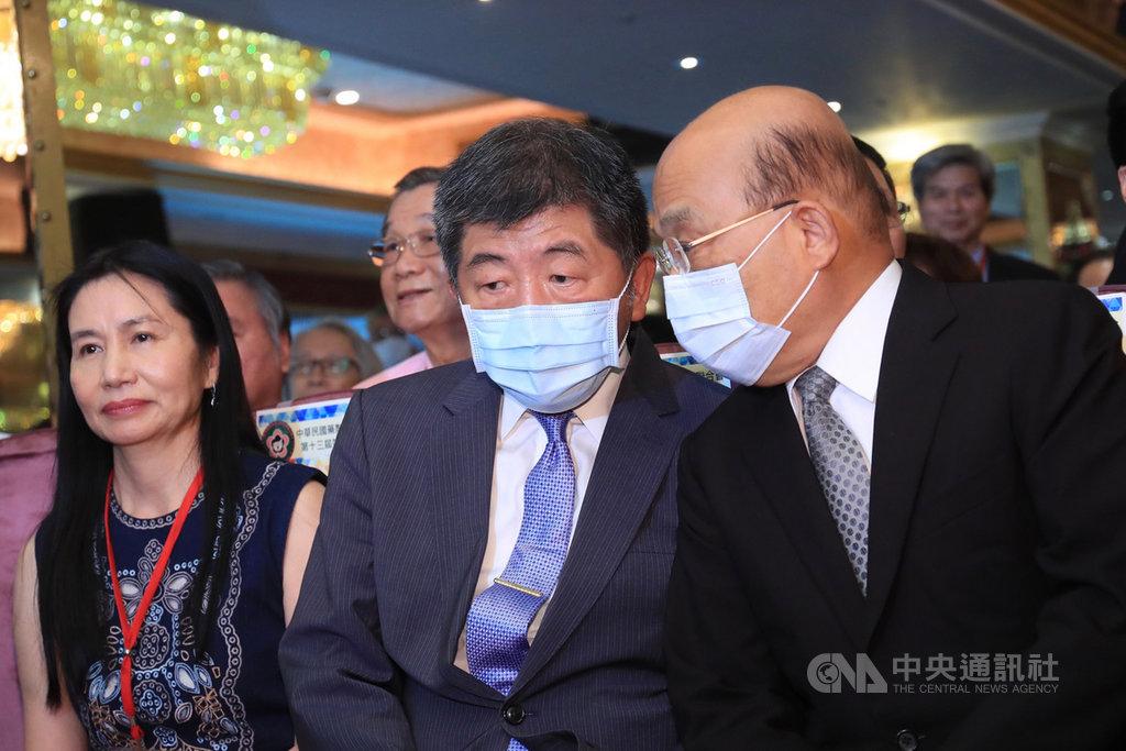 行政院長蘇貞昌(右)17日下午出席中華民國藥劑生公會全國聯合會會員代表大會,席間與衛福部長陳時中(右2)交換意見。中央社記者吳家昇攝 109年9月17日