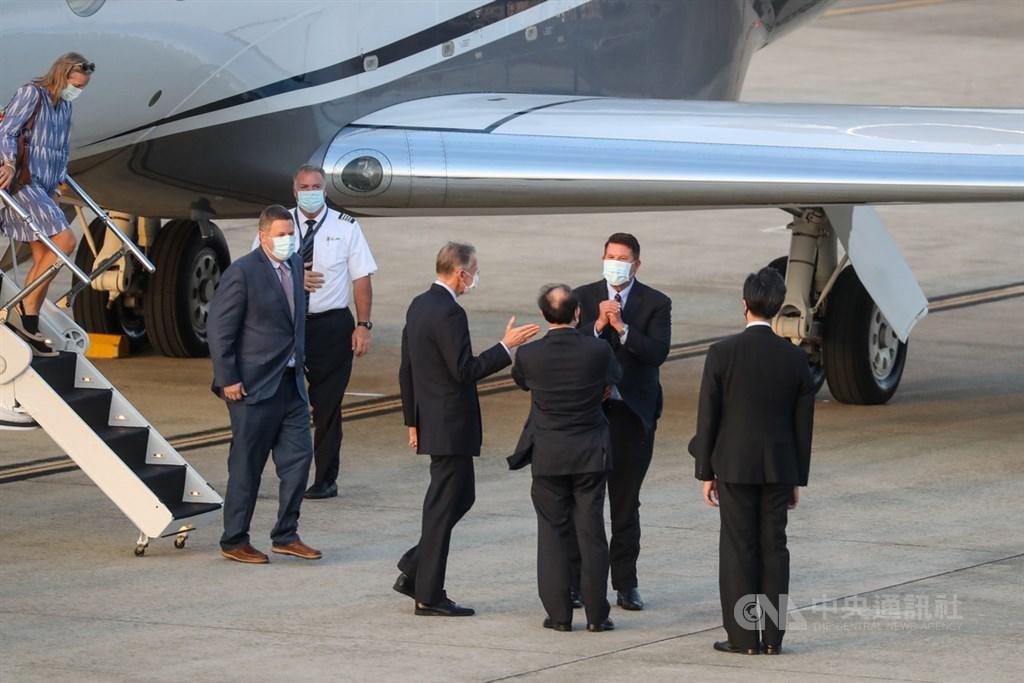 美國國務院次卿柯拉克(Keith Krach)(後右)17日搭乘專機來訪傍晚抵台,美國在台協會(AIT)處長酈英傑(前右3)等人親自接機,柯拉克向眾人拱手致意。中央社記者裴禛攝 109年9月17日