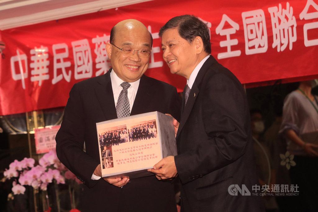 行政院長蘇貞昌(左)17日下午在台北天成大飯店,出席中華民國藥劑生公會全國聯合會會員代表大會,頒發感謝禮品給各縣市代表。中央社記者吳家昇攝 109年9月17日