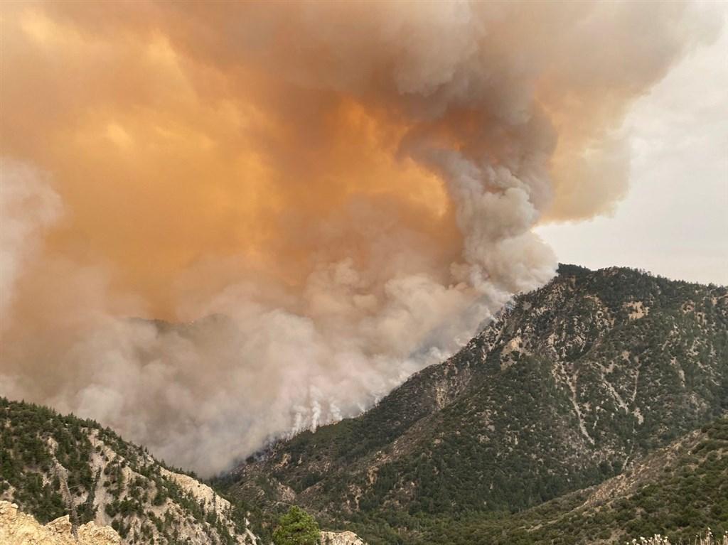 美國西岸野火延燒不僅摧毀美國西岸大片地區,產生的煙霧更飄洋過海抵達歐洲北部。(圖取自twitter.com/Angeles_NF)