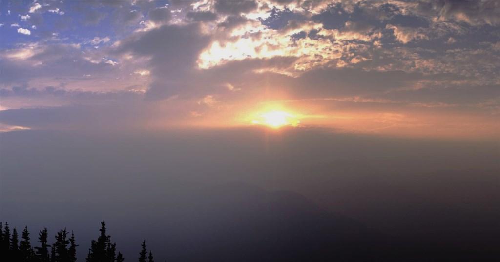 美國華盛頓州野火延燒,西雅圖近日空氣品質比北京還糟。圖為國家氣象局西雅圖分部15日在推特上分享低空被煙塵籠罩的景象。(圖取自twitter.com/NWSSeattle)