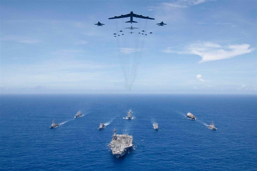美國國防部長艾斯培說,名為「未來前進」的全面性海軍軍力評估已訂定可「改變遊戲規則」的計畫,將擴編海軍艦隊,從現行293艘,增至355艘以上。圖為美國海軍在菲律賓附近海域演習。(圖取自facebook.com/USPacificFleet)