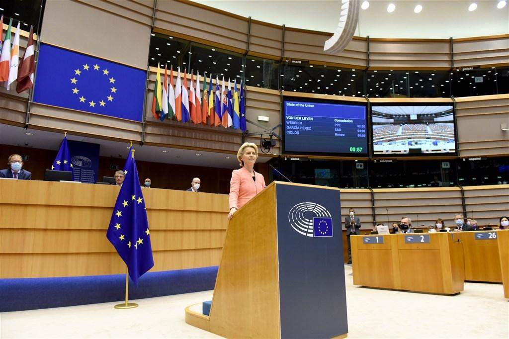 歐洲聯盟執委會主席范德賴恩(前)16日發表歐盟盟情咨文,將中國貼上競爭對手及侵害人權標籤,這是歐洲對假新聞、人權民主及經貿承諾不實等挑戰的強硬回擊。(圖取自twitter.com/EU_Commission)