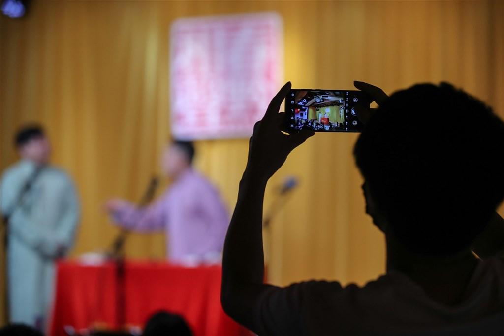 中國文旅部近日發布通告將加強脫口秀、相聲、話劇等節目的內容審核和監管,引來中國網友批評「什麼好就糟蹋什麼」。圖為貴州貴陽市相聲表演。(中新社)