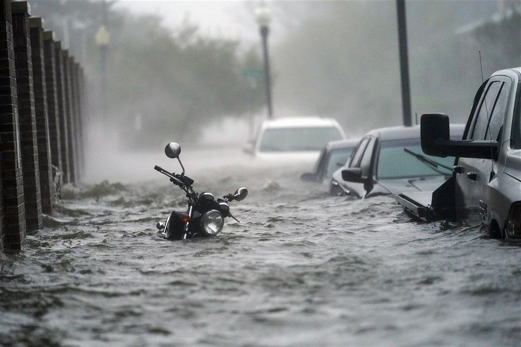 颶風莎莉16日挾帶傾盆大雨,肆虐美國墨西哥灣沿岸阿拉巴馬州與佛羅里達州,街道、民宅和路邊整排車輛泡在水中。(美聯社)