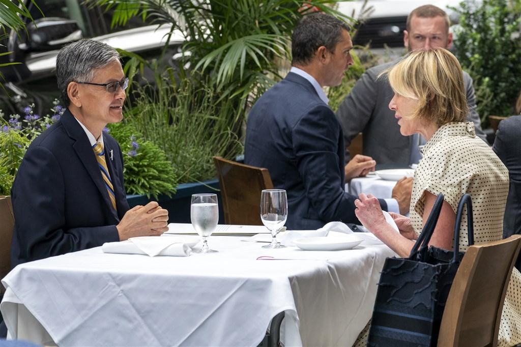 美國駐聯合國大使克拉夫特(前右)16日與駐紐約台北經濟文化辦事處處長李光章(前左)共進午餐,克拉夫特稱此為「歷史性會面」。(美聯社)