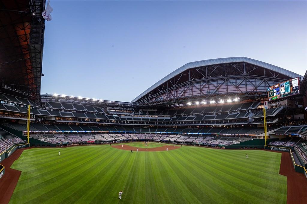 10月20日起的總冠軍賽「世界大賽」將在德州阿靈頓的全球人壽球場舉行。這座造價12億美元(約合新台幣352億元)的球場可容納4萬名觀眾,是一座具有開合式屋頂的室內球場。(圖取自facebook.com/Rangers)