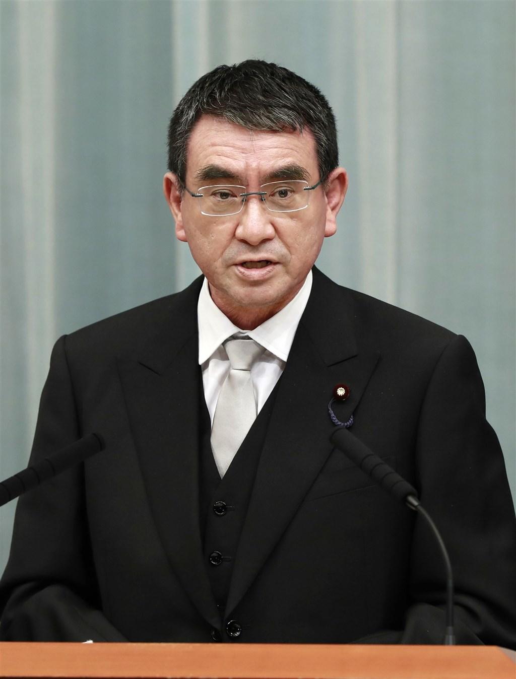 日本新內閣16日上任,自晚間10時50分起,各大臣依序在首相官邸舉行記者會,輪到新任行政改革大臣河野太郎時已經是17日凌晨1時。(共同社)