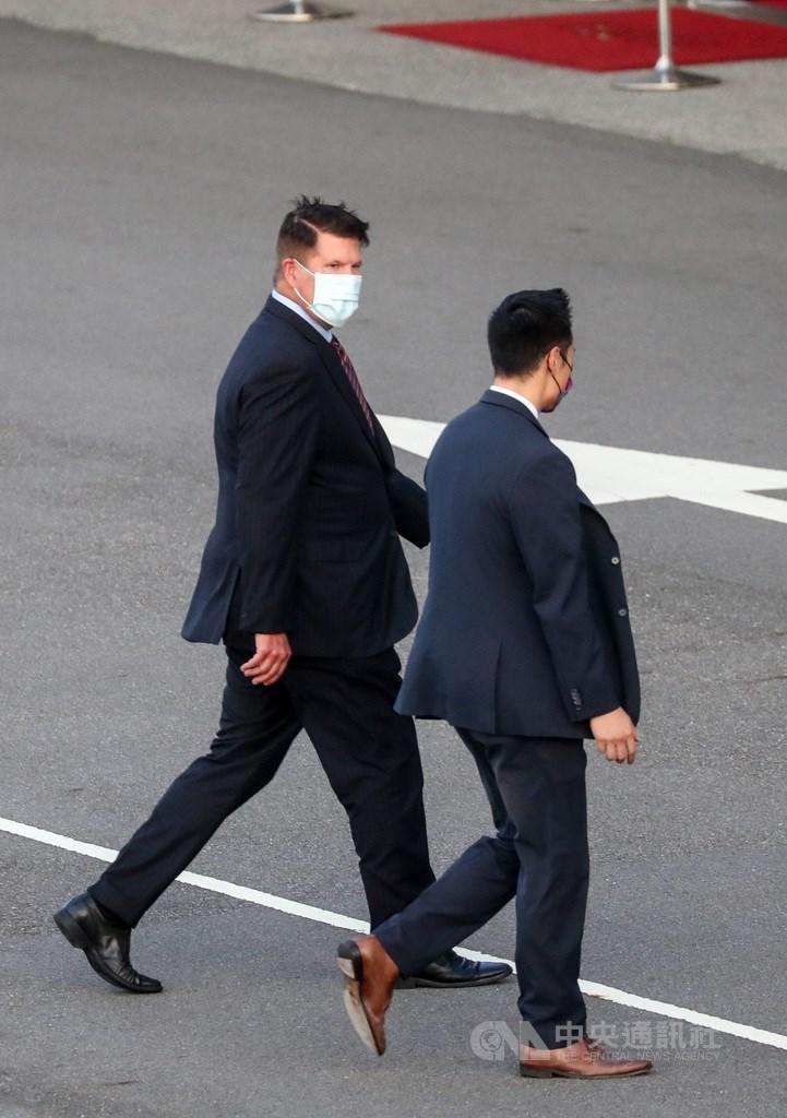 美國國務院次卿柯拉克(Keith Krach)(左)17日下午約5時21分飛抵台北松山機場,展開訪問行程;柯拉克此行是西元1979年以來,訪台層級最高的現任國務院官員。中央社記者裴禛攝 109年9月17日