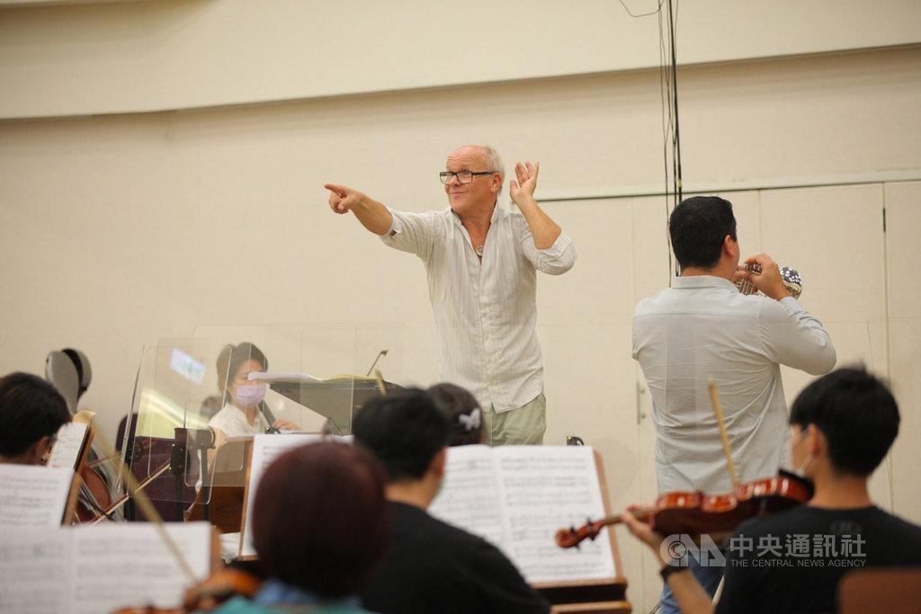 瑞典音樂大師林柏格(Christian Lindberg)(站立者)不畏14天隔離期,堅持來台演出,他告訴中央社記者,這次在台灣與樂團一起現場演出,感受到音樂的脈動,一切都非常值得。圖為林柏格與台北市立交響樂團為了19日的演出進行排練。(北市交提供)中央社記者劉學崑傳真  109年9月18日