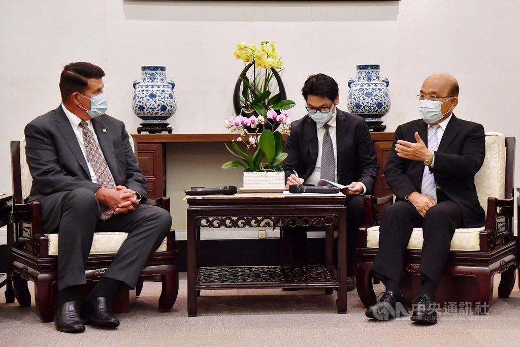 行政院長蘇貞昌(右)18日下午接見美國國務院次卿柯拉克(左)一行,就台美共同面對的挑戰、經濟相關議題及未來合作交換意見。(行政院提供)中央社記者余祥傳真 109年9月18日