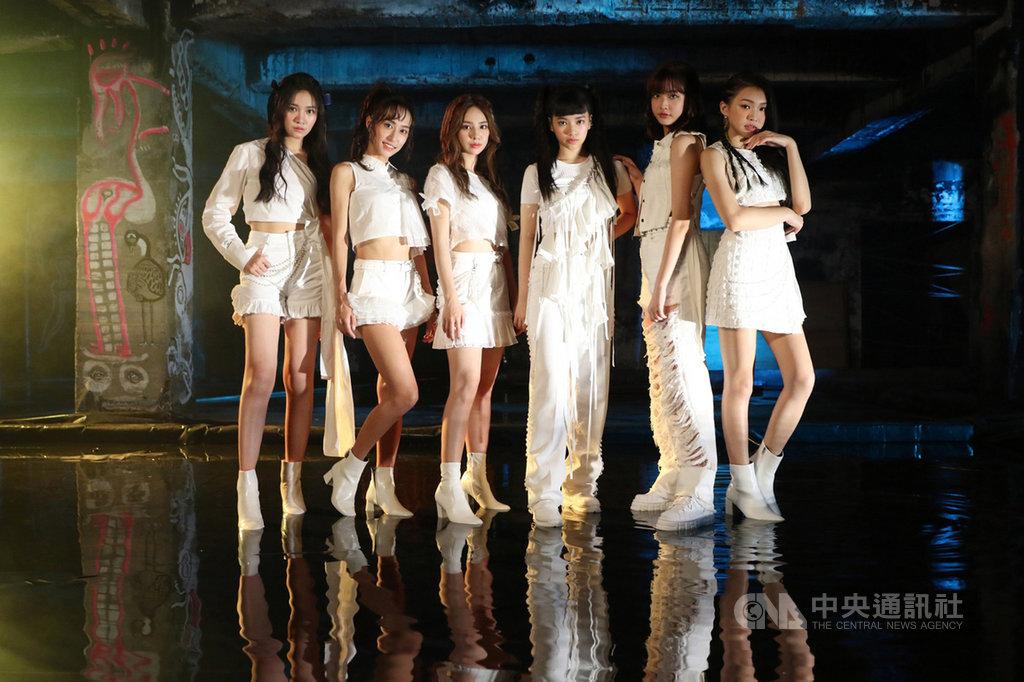 台灣女團PER6IX推出全新迷你專輯「頑美Naughty Beauty」,為了這次MV,團隊前往台中老屋千越大樓拍攝,並在MV中加入水舞元素,展現成員們的活力。(喜歡音樂提供)中央社記者王心妤傳真 109年9月18日
