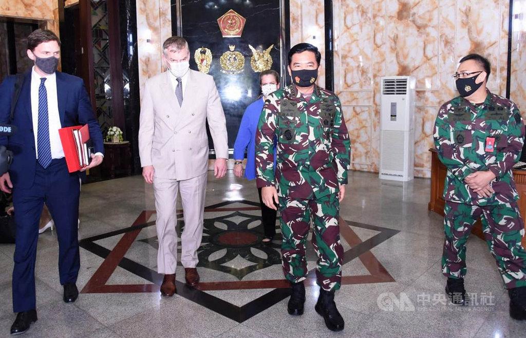 印尼國軍總司令哈迪(右2)在17日接見美國國防部助理部長安德森(左2),討論印太和南海議題。(印尼國軍提供)中央社記者石秀娟雅加達傳真 109年9月18日