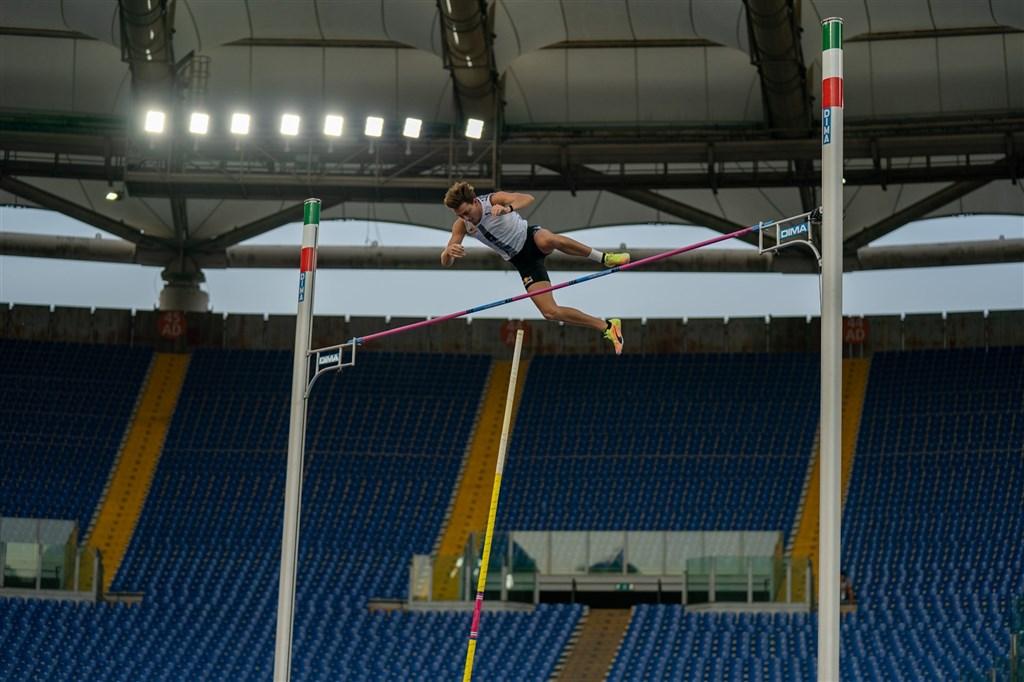 瑞典新星杜普蘭蒂斯17日在鑽石聯賽羅馬站男子撐竿跳越過6公尺15的高度,刷新烏克蘭傳奇「鳥人」布卡26年前寫下的室外世界紀錄,摘下金牌。(圖取自twitter.com/Diamond_League)