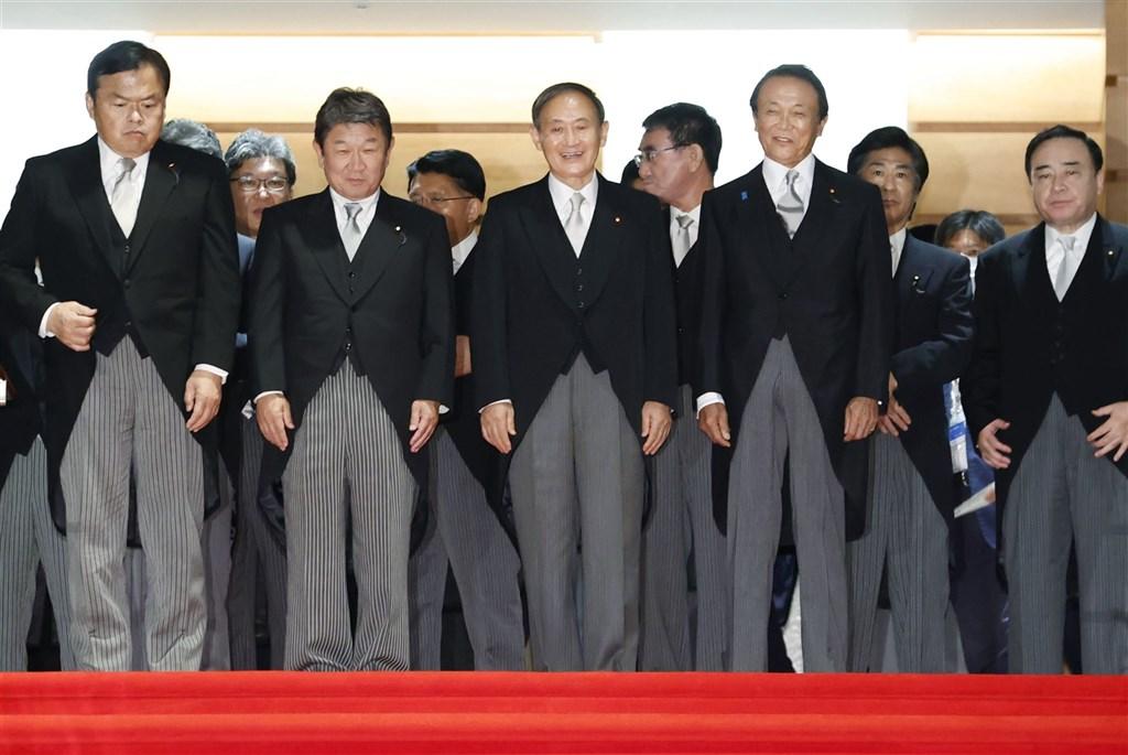 日本首相菅義偉(前中)16日上任,日本經濟新聞與東京電視台16日與17日的民調顯示,菅義偉內閣支持率達74%,在歷代新內閣民調中排名第3。(共同社)