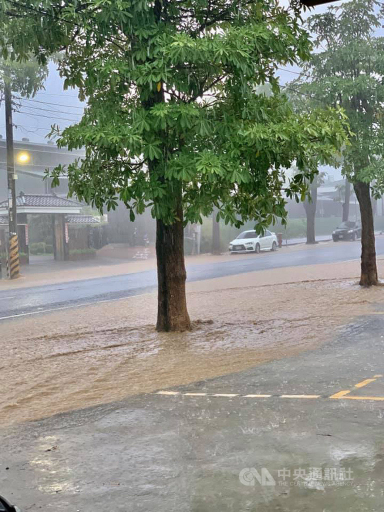 高雄市18日下午降下滂沱大雨,大社區時雨量一度飆到71毫米,造成零星積淹水,觀音山下馬路黃泥滾滾。(民眾提供)中央社記者洪學廣傳真 109年9月18日