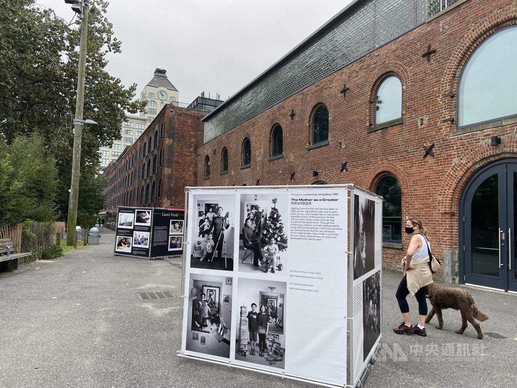 紐約Photoville攝影節在布魯克林橋公園展出藝術家汪曉青以一系列母子合照構成的作品「母親如同創造者」。(駐紐約台北文化中心提供)中央社記者尹俊傑紐約傳真  109年9月19日