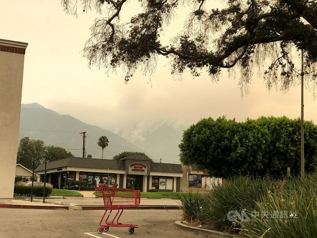 美國加州多處野火,造成空氣品質不佳,煙霧覆蓋天空,專家提醒,吸入煙塵會刺激呼吸道與肺部,增加感染2019冠狀病毒疾病(COVID-19,武漢肺炎)的機會,照片攝於11日。中央社記者林宏翰洛杉磯攝 109年9月19日