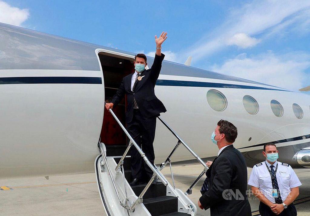 美國國務院次卿柯拉克一行19日13時30分許乘專機自台北松山機場離開台灣。外交部表示,訪團與台灣政府高層及各界人士交流成果豐碩,將持續深化台美全球合作夥伴關係。(外交部提供)中央社記者陳韻聿傳真 109年9月19日