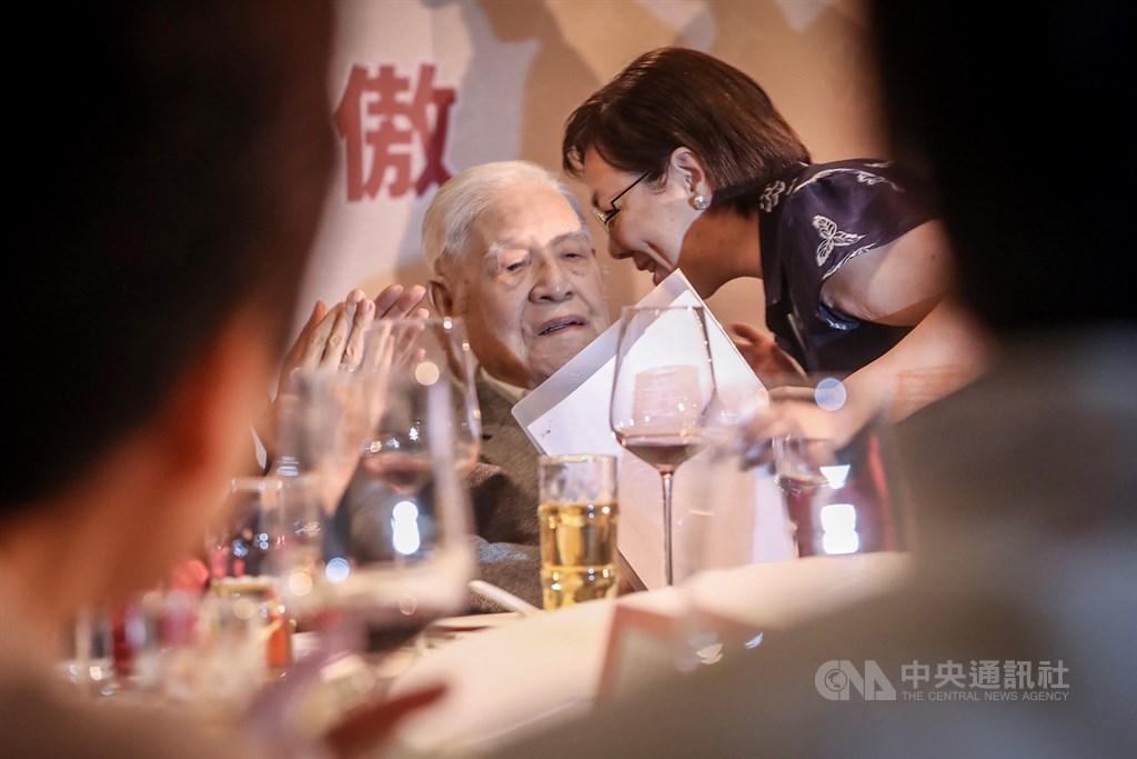 前總統李登輝(左)2019年10月19日在台北出席李登輝基金會募款餐會,與女兒李安妮席間交談,這也是李登輝生前最後一次出席公開活動。(中央社檔案照片)