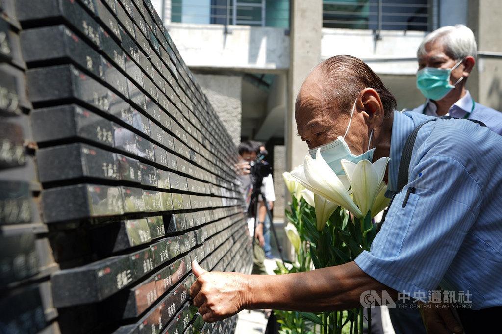 國家人權博物館19日在白色恐怖景美紀念園區舉辦追思紀念會,邀請50年代白色恐怖案件平反促進會、台灣戒嚴時期政治受難者關懷協會、台灣地區政治受難者互助會等約130名政治受難者及家屬們參與,眾人以百合的清香,為銘刻於紀念碑上的受難者前輩祈福。(國家人權博物館提供)中央社記者鄭景雯傳真 109年9月19日