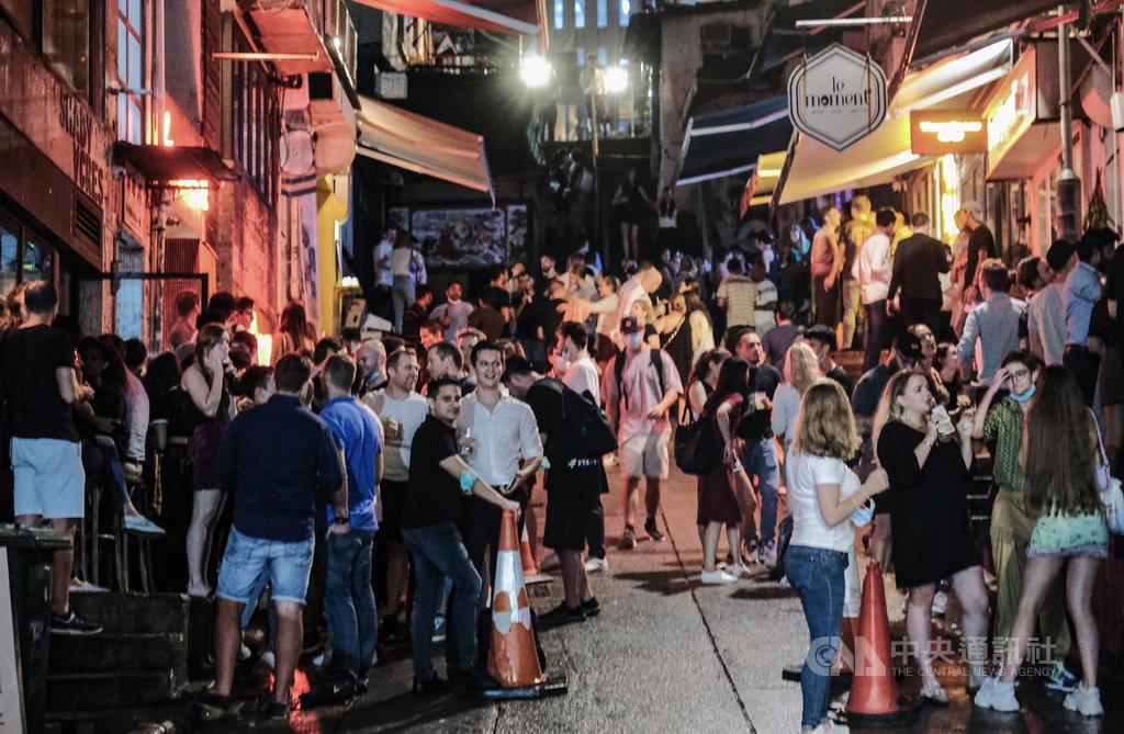 隨著疫情趨緩,香港的酒吧和卡拉OK等場所18日有限度恢復營運。圖為香港中環蘭桂坊及蘇豪區一帶酒吧入夜後陸續恢復營業,人流暢旺。(中通社提供)中央社 109年9月19日
