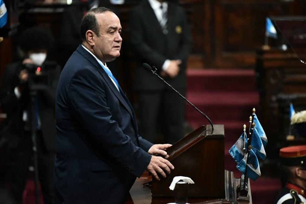 瓜地馬拉總統吉昂馬岱(前)18日指出,他經檢測武漢肺炎結果呈陽性。圖為吉昂馬岱日前脫下口罩在國會發表獨立日演說。(圖取自twitter.com/DrGiammattei)