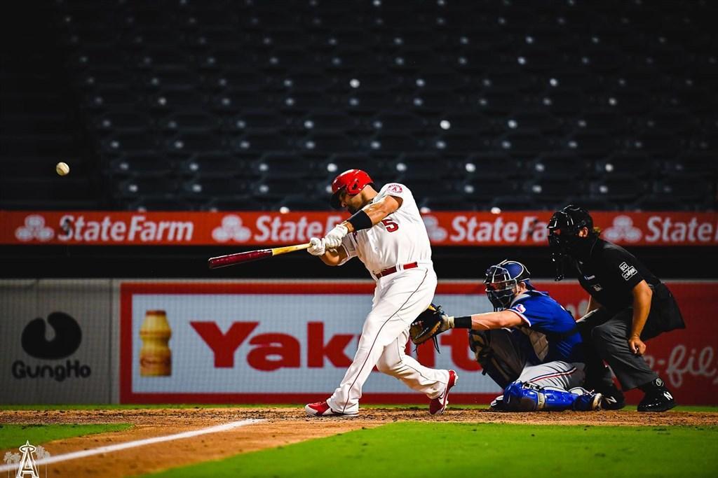 美國職棒大聯盟MLB洛杉磯天使強打普侯斯(左)18日單場貢獻兩轟,累計生涯全壘打達662支,在史上全壘打排行榜獨居第5。(圖取自facebook.com/Angels)