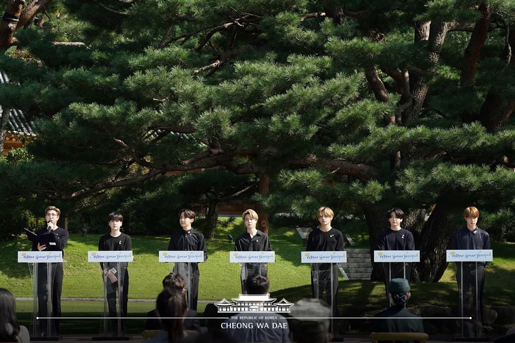 韓團「防彈少年團」(BTS)19日以青年代表身分赴韓國總統府青瓦台演講,期勉堅強向前的韓國青年不要停下腳步,持續往未來邁進。(圖取自facebook.com/TheBlueHouseKR)