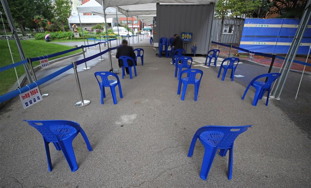 韓國確診感染武漢肺炎人數19日再添110名,已連續17天維持在100多例。圖為16日民眾等候武漢肺炎病毒檢測。(韓聯社)