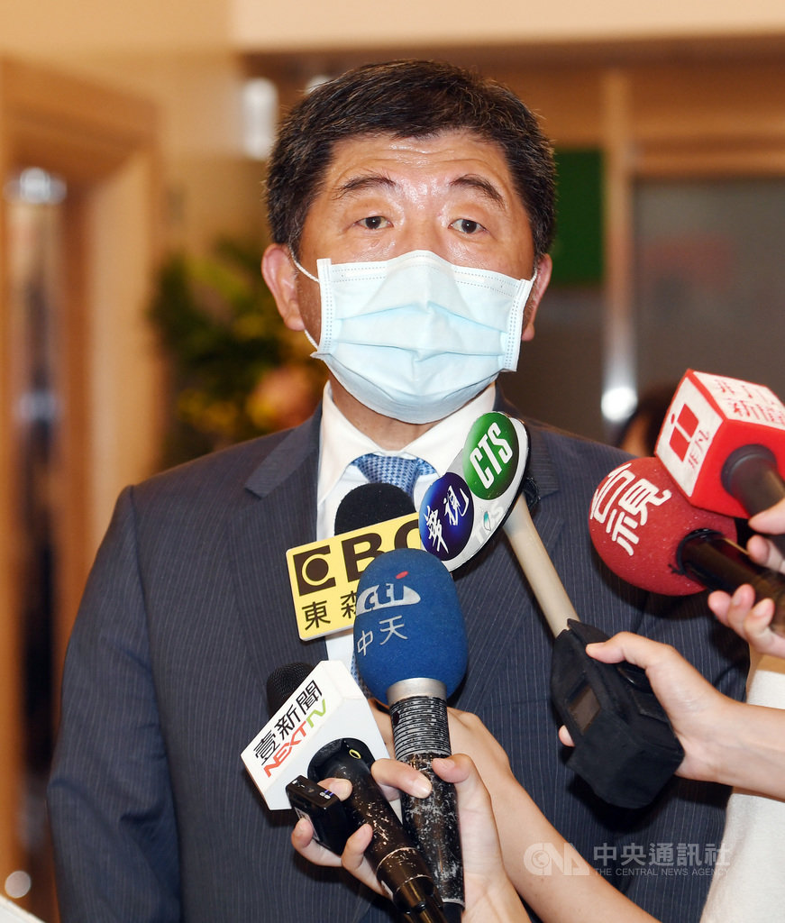 衛福部長陳時中19日在台北出席公開活動前受訪,對「吃豬睪丸會變聰明」一說表示,這是種民俗說法,兒時常聽長輩說起,要說失言「就是我的長輩失言」。中央社記者施宗暉攝 109年9月19日