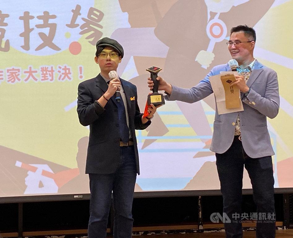 第18屆台灣推理作家協會徵文獎首獎得主19日揭曉,由今年才剛大學畢業的年輕作家會拍動(左),以作品「初心村的偵探事務所」奪得。中央社記者陳秉弘攝 109年9月19日