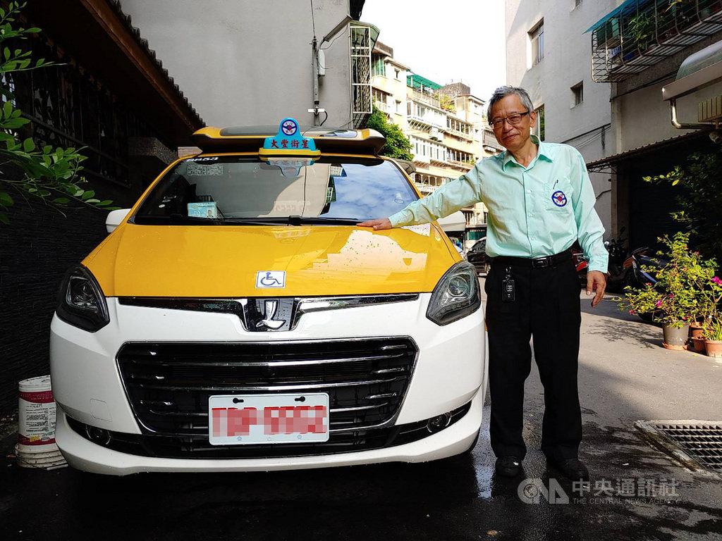 57歲的楊定富開計程車6年,他今年8月買了百萬新車,投入無障礙計程車(通用計程車)行列;楊定富說,他沒有想要賺大錢,只要有穩定收入,又可以幫助到人、對社會有貢獻,「我覺得我可以盡一點力」。(楊定富提供)中央社記者陳偉婷傳真 109年9月20日