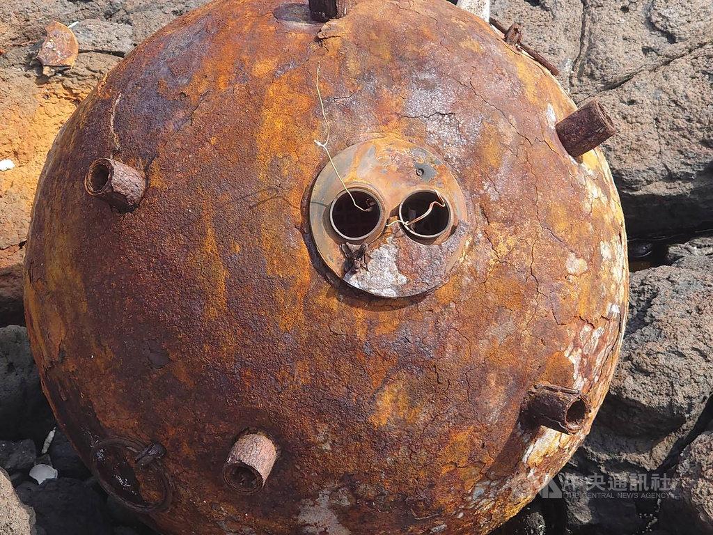 澎湖無人島鋤頭嶼有民眾18日淨灘時,意外發現一枚疑似水雷,但並非國軍的制式武器,懷疑是中國的漂浮水雷,已立即向軍方單位通報處理。(劉姓民眾提供)中央社 109年9月20日