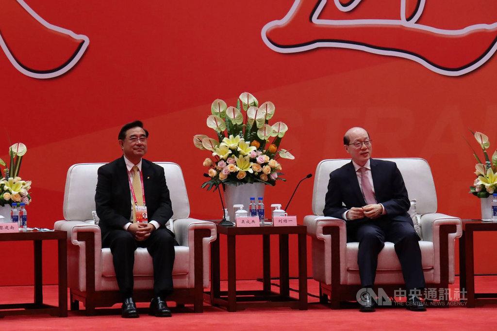 第12屆海峽論壇大會開幕式20日舉行,會前由中國國台辦主任劉結一(右)會見新黨主席吳成典(左)等人。首次不是由全國政協主席來會見,也是中國全國政協主席首次沒有親自出席海峽論壇。中央社記者張淑伶廈門攝 109年9月20日