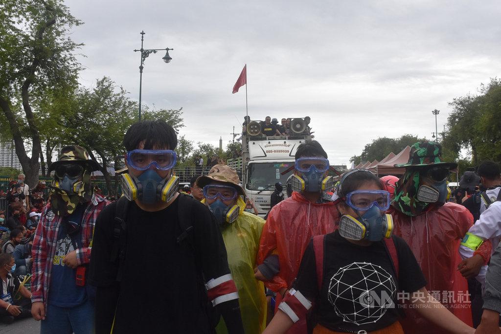 以法政大學學生為主體的學生抗議團體20日早上戴上防毒面具並手牽手圍成人牆,緩步前往大皇宮,要提出改革王室訴求。中央社記者呂欣憓曼谷攝 109年9月20日